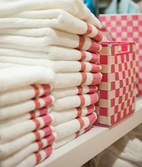 Gros plan, de, rose, et, blanc, pile, de, serviettes