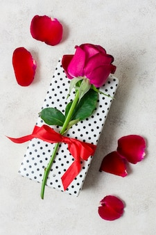 Gros plan, rose rouge, dessus, cadeau