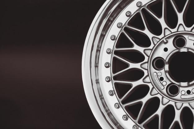 Gros plan de la roue en alliage de voiture de jantes. roues sport.