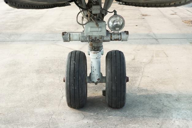 Gros plan sur une roue avant d'avion