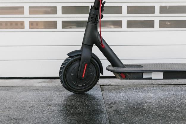 Gros plan roue avant e-scooter