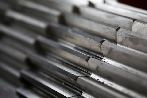 Gros plan de la roue dentée en métal sur fond sombre dans le cadre de la machine complète