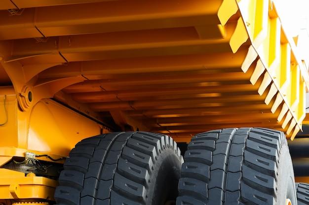 Gros plan de la roue d'un énorme camion à benne basculante