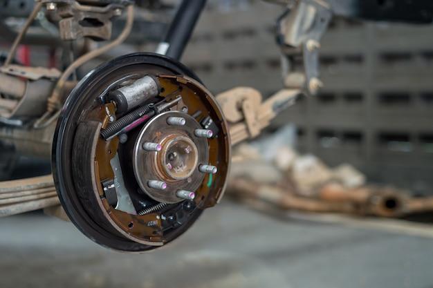 Gros plan de roues changeantes sur un garage automobile avec flou artistique
