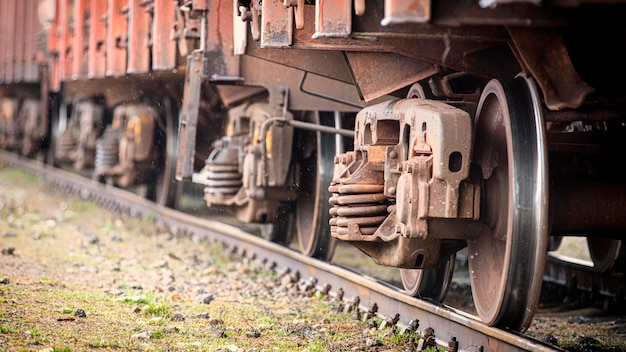 Gros plan de roues de train, mise au point sélective. matériel roulant sur la bonne voie.