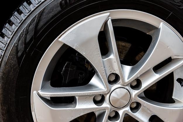Gros plan des roues de voiture en alliage.