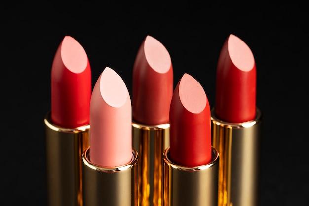 Gros plan de rouge à lèvres arrangement
