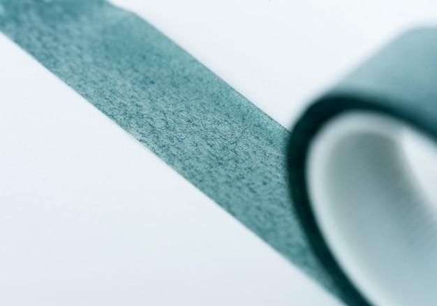Gros plan de rouleau de ruban isolé sur fond blanc