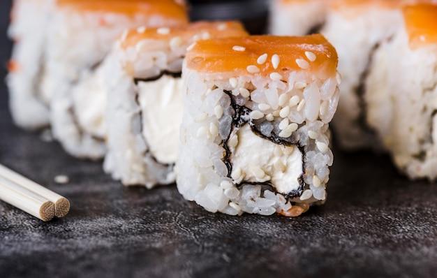 Gros plan d'un rouleau de sushi avec des graines