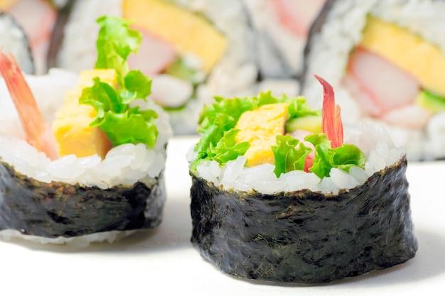 Gros plan sur des rouleaux de sushi japonais frais traditionnels en mettant l'accent sur la pièce avant