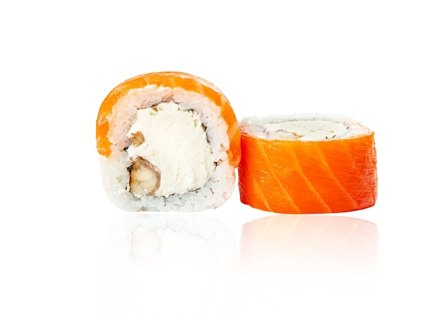 Gros plan sur des rouleaux de sushis aux fruits de mer japonais frais traditionnels avec de l'anguille fumée au saumon et du fromage à la crème