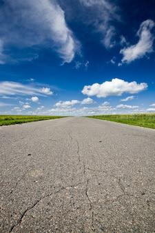Gros plan sur route goudronnée