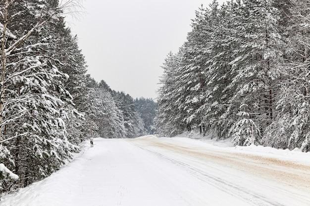 Gros plan sur la route d'hiver