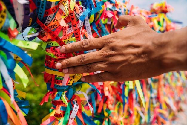 Gros plan de rubans colorés à arraial d'ajuda, bahia, brésil