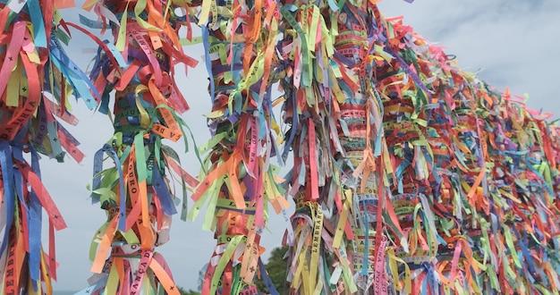 Gros plan de rubans colorés à bahia, brésil. foi.