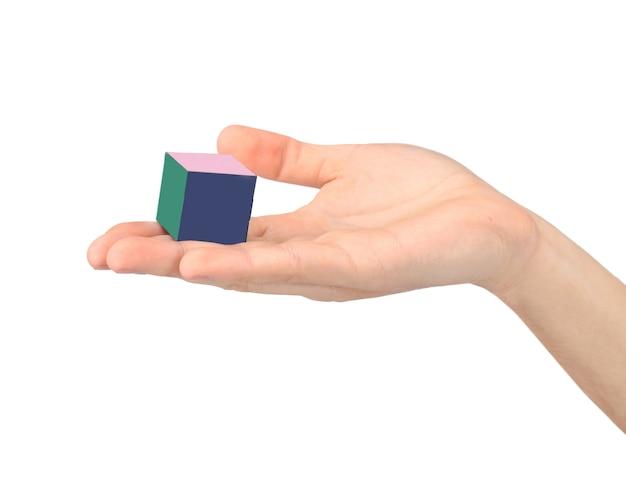 Gros plan. rubik's cube dans la main de l'enfant. isolé sur blanc.