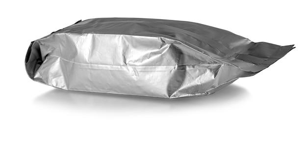 Le gros plan d'un sac en aluminium sur fond blanc avec un tracé de détourage