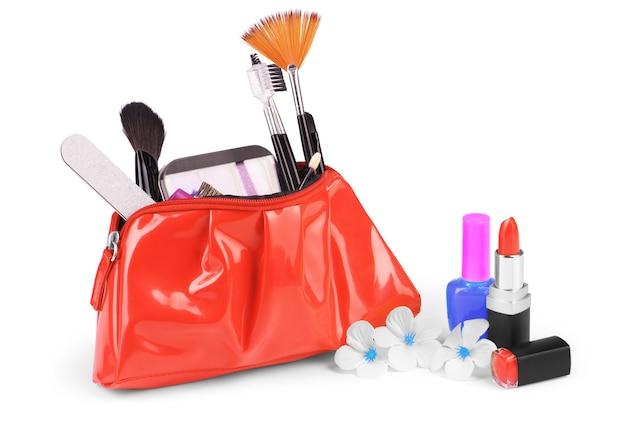 Gros plan sur un sac cosmétique avec des trucs de maquillage