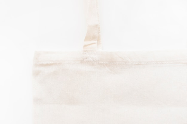 Gros plan de sac de coton blanc isolé sur fond blanc