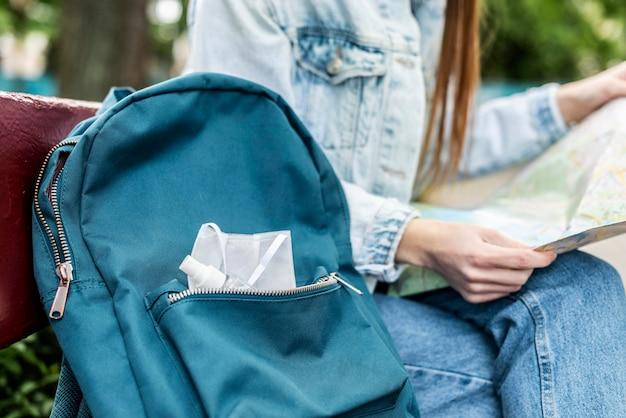 Gros plan sac à dos avec masque médical et fille