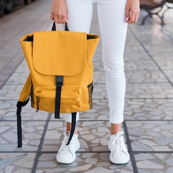 Gros plan sac à dos et pieds de la femme dans la gare
