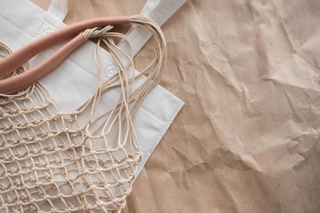 Gros plan sur sac filet écologique sur papier