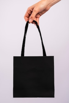 Gros plan sac noir en cours de tenue