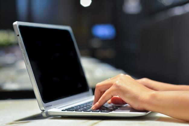 Gros plan de la saisie des mains féminines sur le clavier