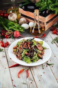 Gros plan sur une salade chaude avec du boeuf et des légumes