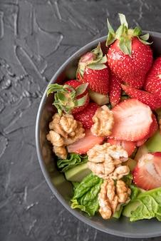 Gros plan d'une salade saine avec des fraises et des noix
