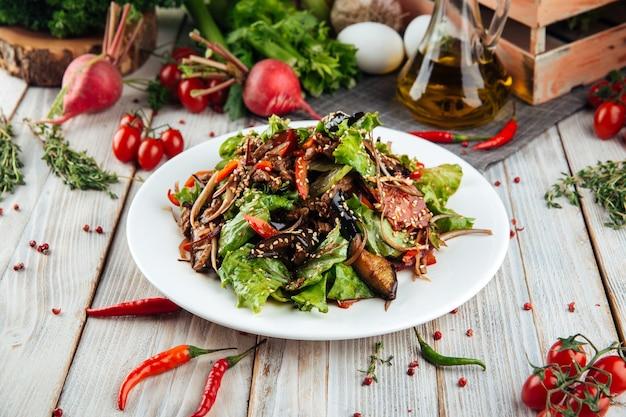 Gros plan sur une salade tiède au boeuf et légumes