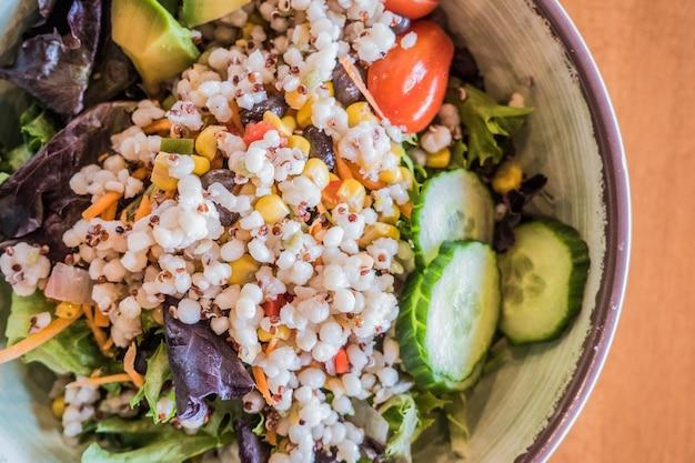 Gros plan d'une salade végétalienne savoureuse