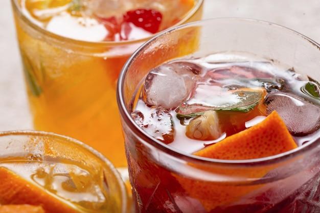 Gros plan de la sangria dans des verres avec de la glace et des fruits frais