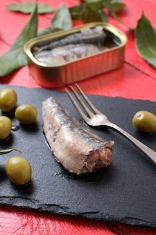 Gros plan, de, sardine confite, sur, ardoise, et, olives, à, table rouge, vue dessus