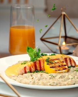 Gros plan de saumon grillé et risotto garni de citron