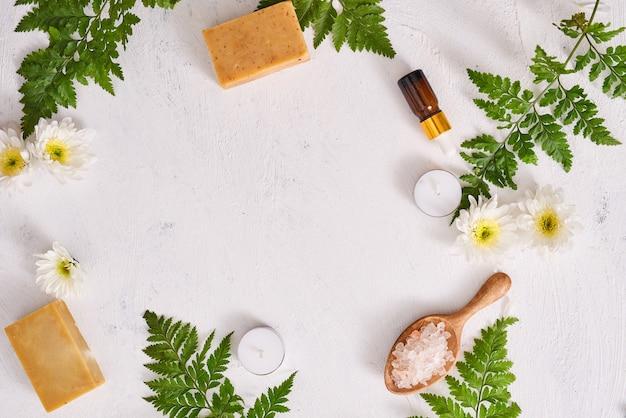 Gros plan de savon fait main. fabrication de savons naturels. barres de savon agrandi. soins de spa, concept de soins de la peau