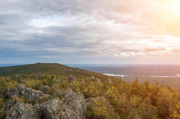 Gros plan des scènes de montagnes dans le parc national kachkanar, russie, europe. temps nuageux, ciel bleu dramatique, arbres verts lointains