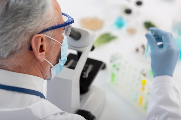 Gros plan scientifique travaillant avec microscope