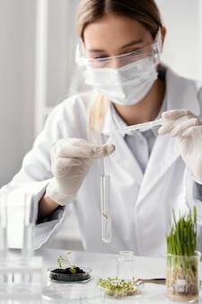 Gros plan scientifique travaillant avec tube