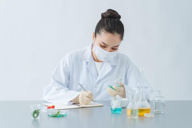 Gros plan d'un scientifique vérifiant le tube à essai en laboratoire.