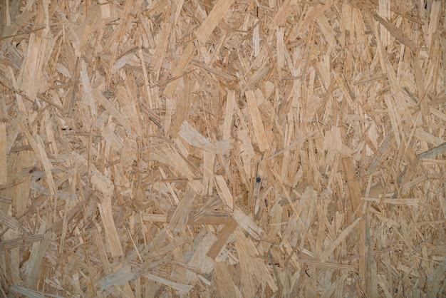Gros plan sur la sciure de bois pressée naturelle.