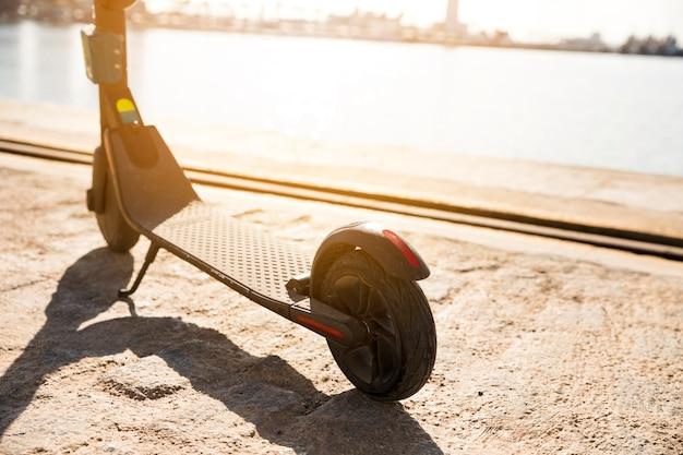 Gros plan des scooters électriques garés près du quai
