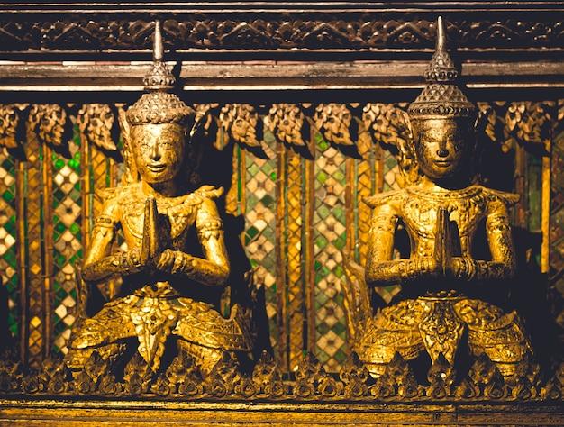 Gros plan sur la sculpture de la divinité dorée thaïlandaise