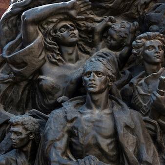 Gros plan des sculptures du soulèvement du ghetto de varsovie par nathan rapoport, jérusalem, israël
