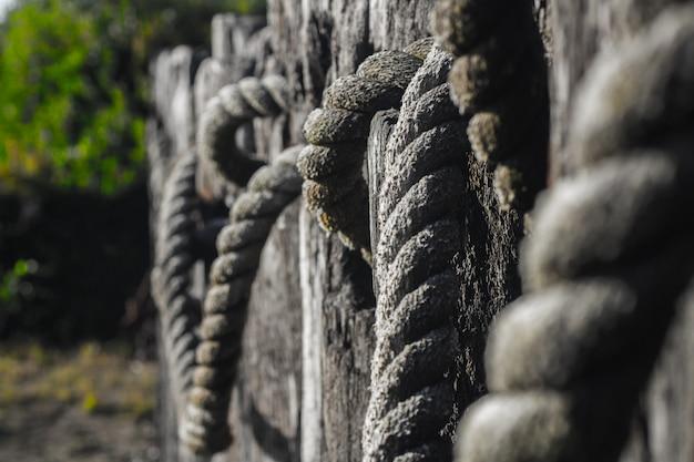 Gros plan sélectif de câbles gris attachés