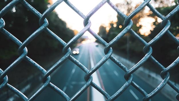 Gros plan sélectif de clôture grillagée
