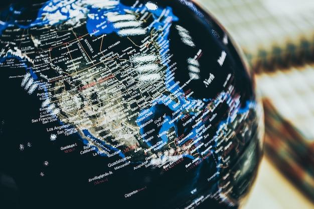 Gros plan sélectif d'un globe noir