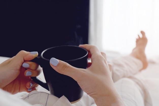 Gros plan, sélectif, mains, femme, tenue, noir, tasse café, chambre à coucher