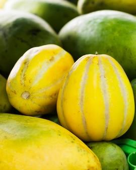 Gros plan sélection de fruits exotiques de goyave