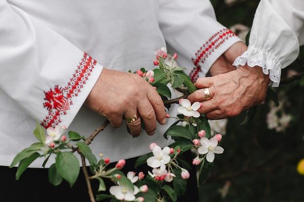 Gros plan de senior homme et femme tenant par la main et marchant en plein air
